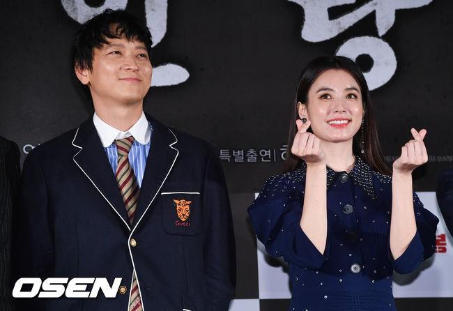 """Sau tin đồn hẹn hò, """"thánh sống"""" Kang Dong Won và Han Hyo Joo xuất hiện ngại ngùng trong lần đầu lộ diện - Hình 8"""