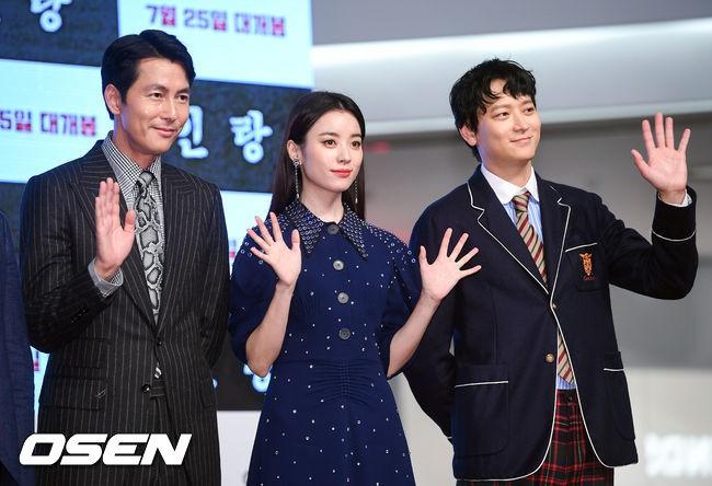 """Sau tin đồn hẹn hò, """"thánh sống"""" Kang Dong Won và Han Hyo Joo xuất hiện ngại ngùng trong lần đầu lộ diện - Hình 1"""