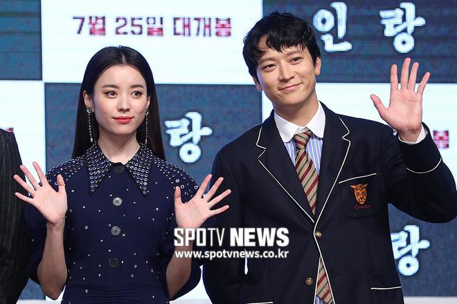 Sau tin đồn hẹn hò, thánh sống Kang Dong Won và Han Hyo Joo xuất hiện ngại ngùng trong lần đầu lộ diện - Hình 6