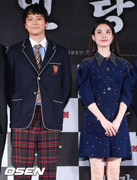 Sau tin đồn hẹn hò, thánh sống Kang Dong Won và Han Hyo Joo xuất hiện ngại ngùng trong lần đầu lộ diện - Hình 4