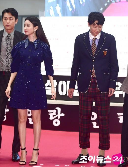 Sau tin đồn hẹn hò, thánh sống Kang Dong Won và Han Hyo Joo xuất hiện ngại ngùng trong lần đầu lộ diện - Hình 2