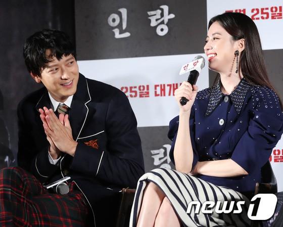 """Sau tin đồn hẹn hò, """"thánh sống"""" Kang Dong Won và Han Hyo Joo xuất hiện ngại ngùng trong lần đầu lộ diện - Hình 7"""