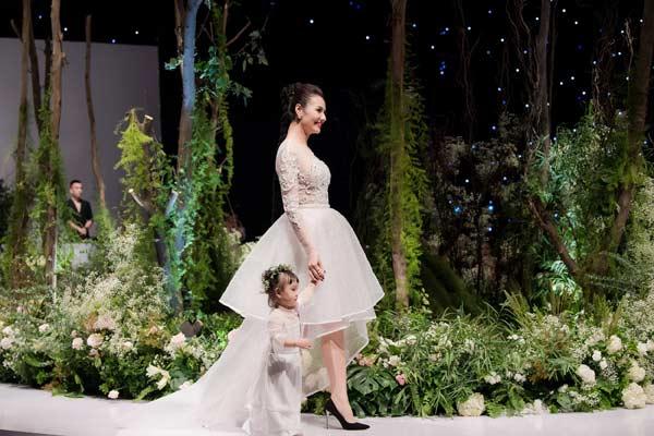 Hồng Quế dắt con gái 1 tuổi rưỡi lên sàn diễn - Hình 2