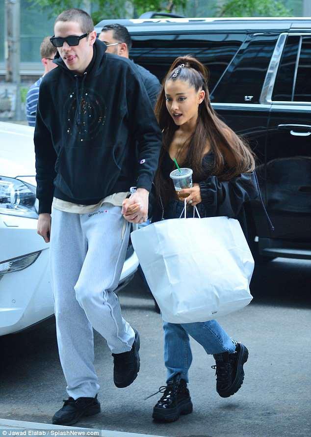 Vị hôn phu của Ariana Grande bị chỉ trích vì đùa giỡn vô tâm về vụ đánh bom làm 22 người chết - Hình 1