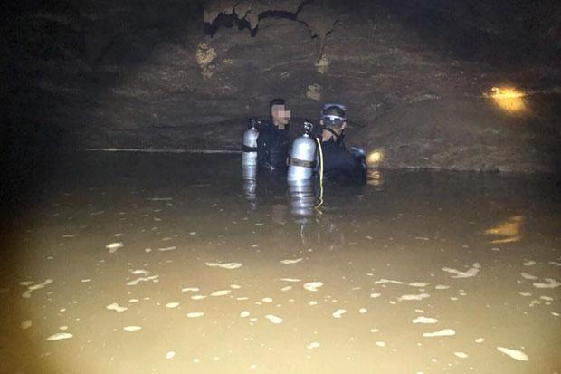 Đội bóng Thái sống sót sau 10 ngày kẹt trong hang ngập nước - Hình 1