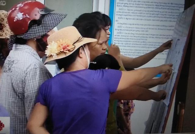 Hà Nội: Hàng trăm phụ huynh bao vây cổng trường vì phân tuyến - Hình 2