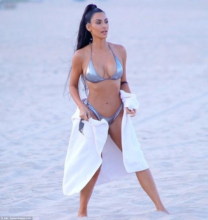 Diện bikini, Kim Kardashian khoe vẻ đẹp nóng bỏng khó cưỡng ở tuổi 38 - Hình 3