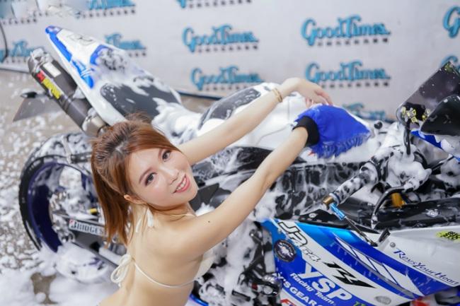 Đứng hình trước cảnh người đẹp diện bikini rửa xe - Hình 11