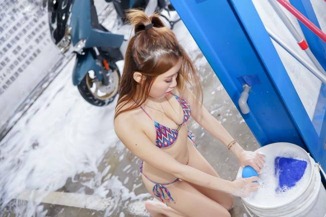 Đứng hình trước cảnh người đẹp diện bikini rửa xe - Hình 5