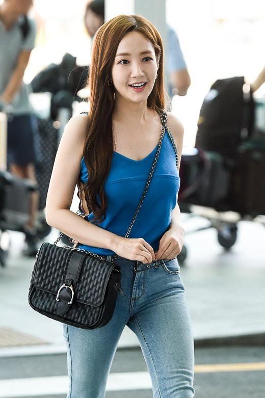 Màn đọ sắc sân bay gây tranh cãi: Park Min Young lần đầu lộ diện, CL béo khó tin, Yoona bụng to khó hiểu - Hình 1