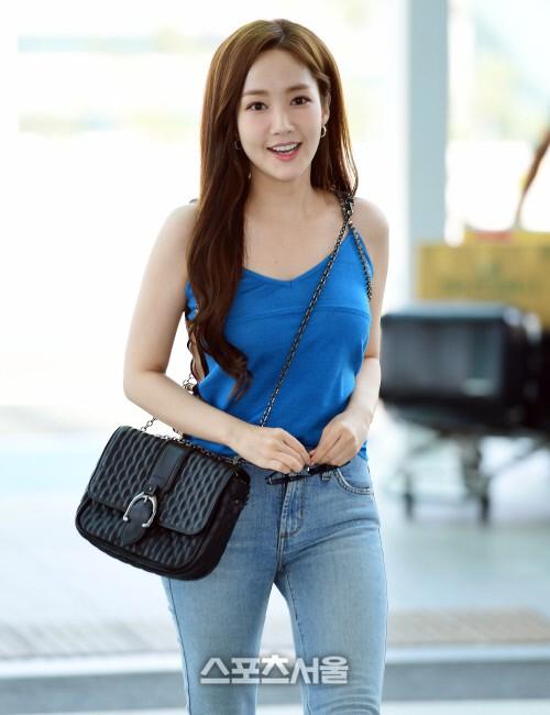 Màn đọ sắc sân bay gây tranh cãi: Park Min Young lần đầu lộ diện, CL béo khó tin, Yoona bụng to khó hiểu - Hình 2