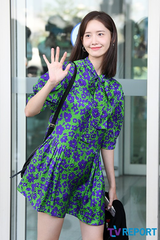 Màn đọ sắc sân bay gây tranh cãi: Park Min Young lần đầu lộ diện, CL béo khó tin, Yoona bụng to khó hiểu - Hình 17