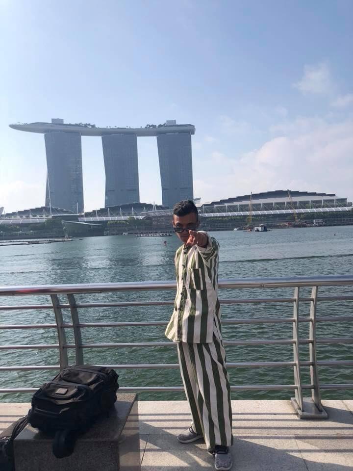 Thanh Niên Có Bộ Ảnh Mặc Áo Tù Đi Khắp Singapore Khiến Dân Tình Náo Loạn