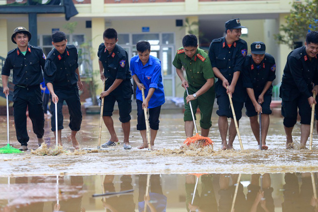 Hàng trăm cảnh sát cứu hỏa, cơ động giúp dân vùng ngập lụt dọn vệ sinh - Hình 3