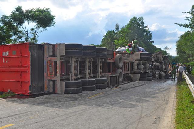Xe container đấu đầu trên đường Hồ Chí Minh, 2 tài xế tử vong - Hình 1