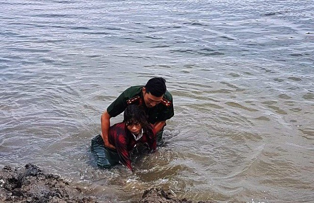 Đại úy công an cứu người phụ nữ đuối nước khi mò hến - Hình 1