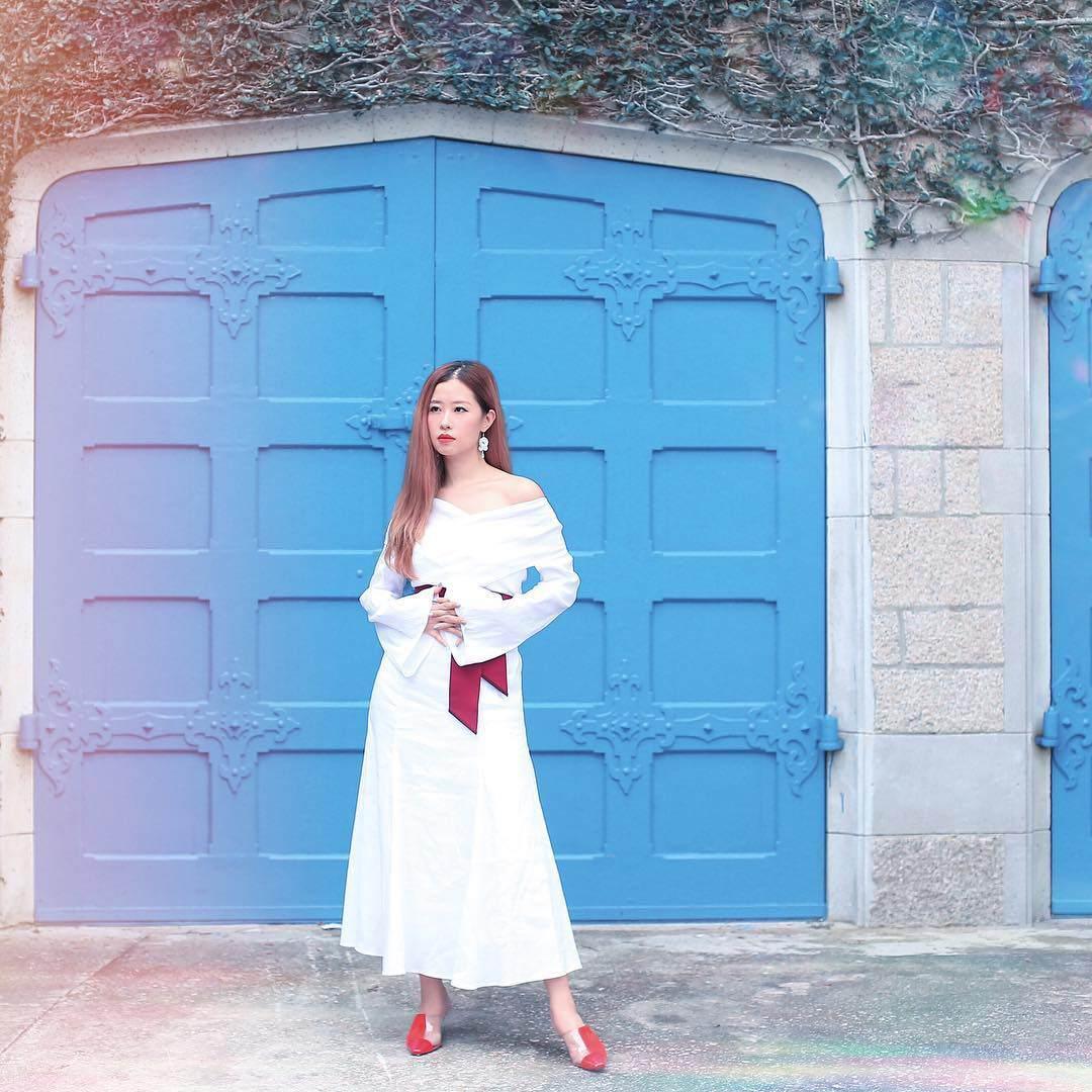 35 tuổi nhưng người đẹp xứ Cảng Thơm đi đâu cũng trẻ nhất nhờ trung thành với gam màu này - Hình 1