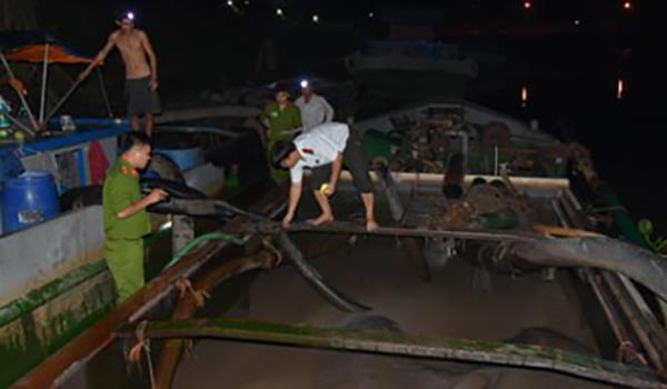 Bắt tại trận 3 thuyền khai thác cát trái phép trên sông - Hình 1