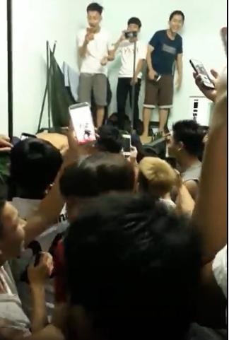 Em gái mưa phiên bản thất tình của sinh viên - 40 nam sinh đồng loạt hát vang khi bạn cùng phòng bị đá - Hình 2