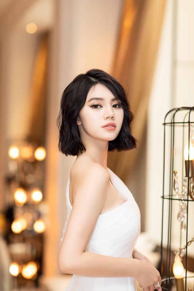 Thẳng tay cắt bỏ mái tóc dài để 20 năm, Hoa hậu Jolie Nguyễn vẫn gây thương nhớ với tóc ngắn cá tính - Hình 4