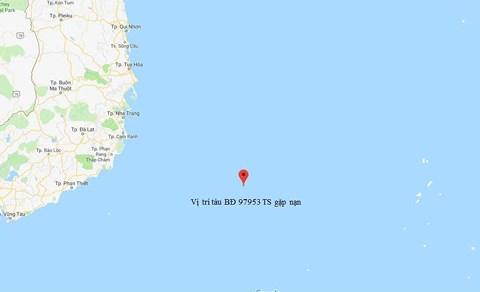 Nha Trang: 12 người trên tàu đang bị mắc kẹt giữa vùng xoáy nước trên biển - Hình 1