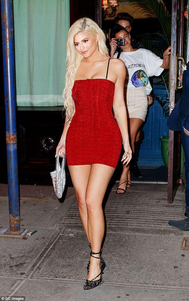 Nữ tỉ phú 21 tuổi Kylie Jenner dáng &'đồng hồ cát' với đầm ngắn đỏ rực - Hình 1
