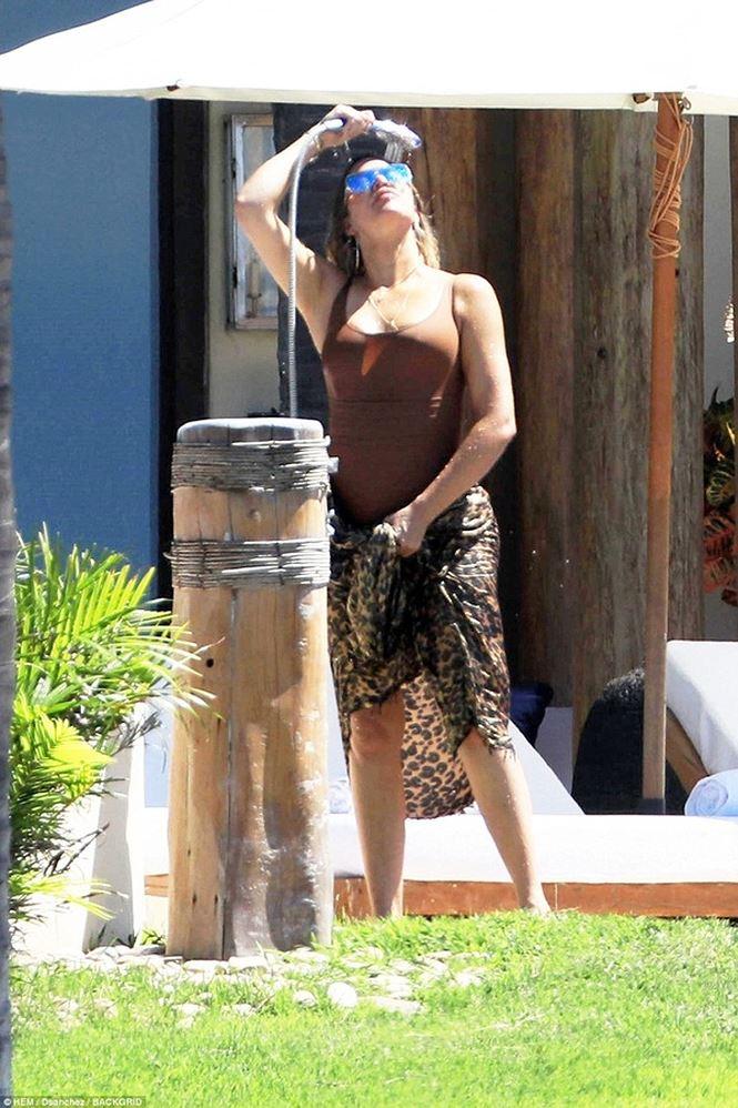 Siêu mẫu nhà Kardashian eo thon chân dài ở biển Mexico - Người đẹp