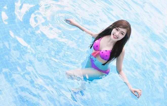 Đặng Phạm Phương Chi, girl xinh trường Báo khoe bikini gợi cảm bên bể bơi - Hình 2