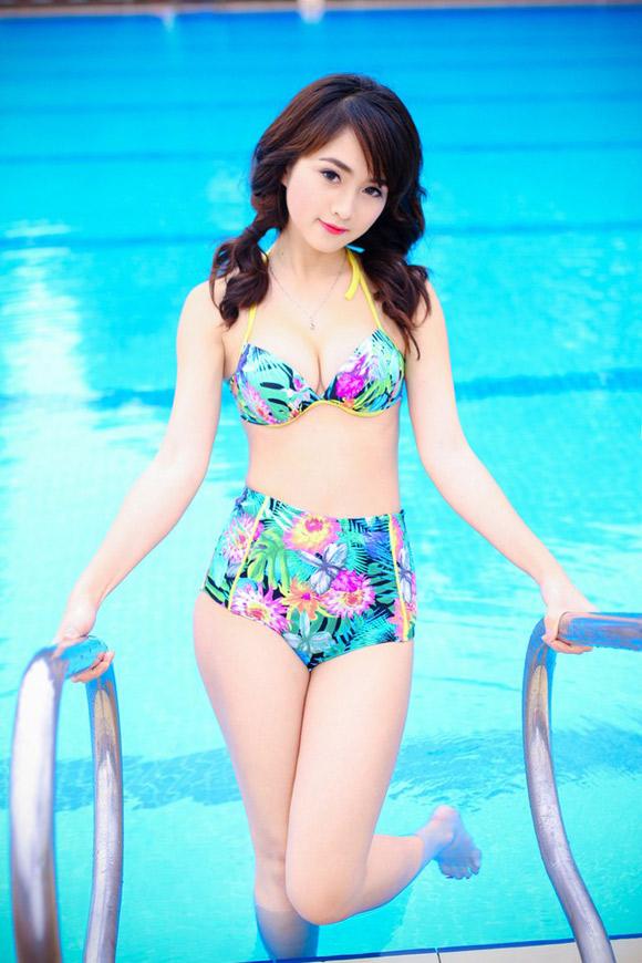 Nữ sinh Hà thành nóng bỏng với bikini - Hình 2