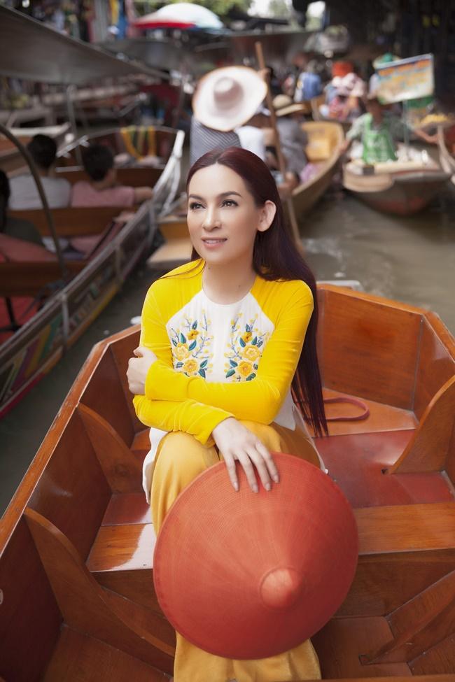 Phi Nhung duyên dáng với áo dài trên xuồng đi chợ nổi ở Thái Lan - Hình 7