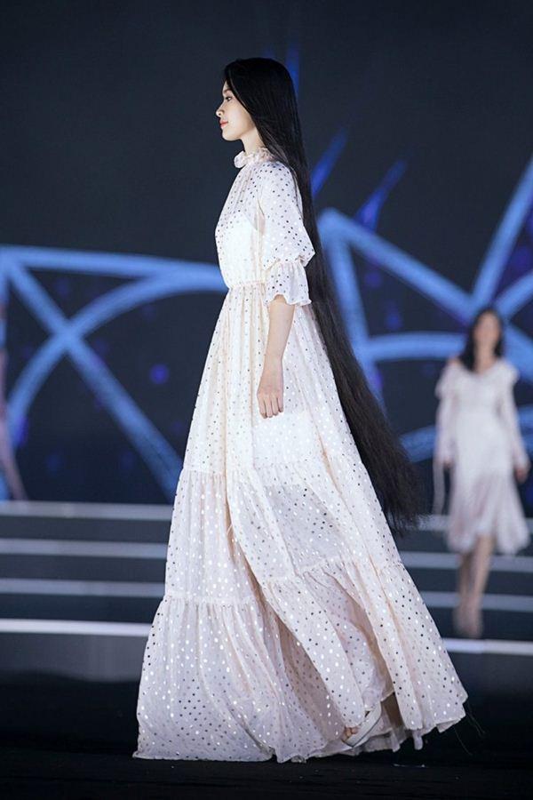 Vẻ thuần khiết của thí sinh Hoa hậu Việt Nam có mái tóc dài kỷ lục 1m4 - Hình 4