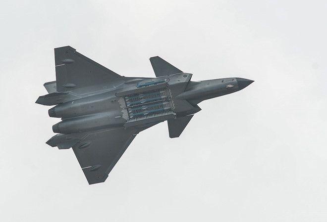 Chuyên gia: J-20 của TQ có thể dễ dàng bị bắn hạ khi không chiến - Hình 1