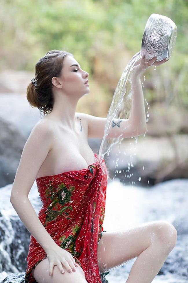 Vẻ đẹp mọng nước của hai nữ thần tắm suối gợi cảm nhất xứ Chùa Vàng - Hình 11