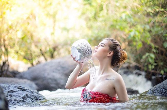 Vẻ đẹp mọng nước của hai nữ thần tắm suối gợi cảm nhất xứ Chùa Vàng - Hình 13