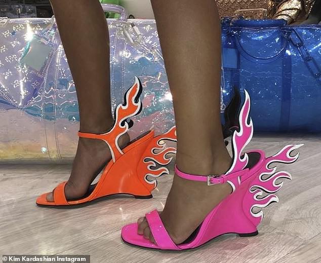 Đẳng cấp rich kid sang chảnh nhất Hollywood: Con gái Kim Kardashian mới 5 tuổi đã tập đi giày cao gót giá cao ngất - Hình 1