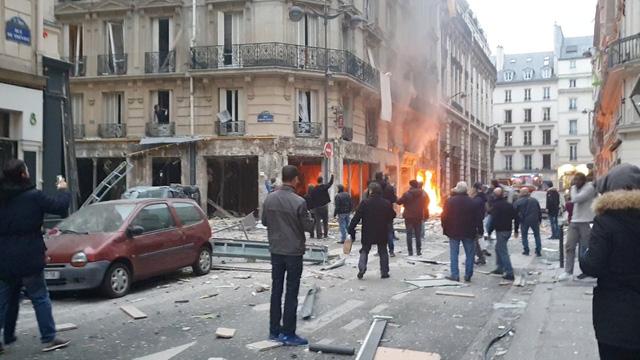 Cảnh tượng đổ nát sau vụ nổ khiến 4 người chết tại Paris - Hình 1