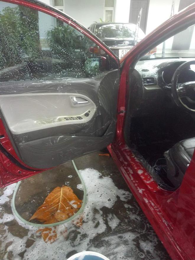 Cô vợ sạch sẽ nhất năm: Chà xà phòng vào vô lăng, cần số để rửa ô tô cho chồng - Hình 1