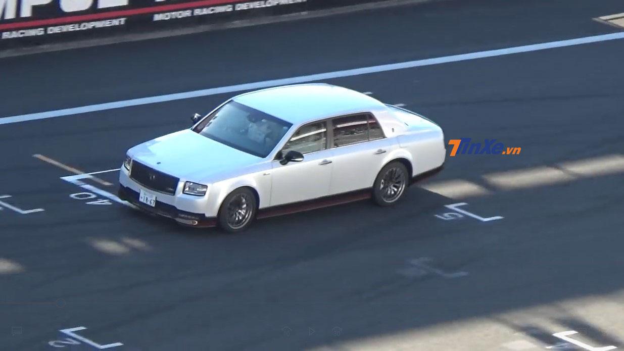 Sếp Toyota mang chiếc Century GRMN có một không hai lên đường đua - Hình 1