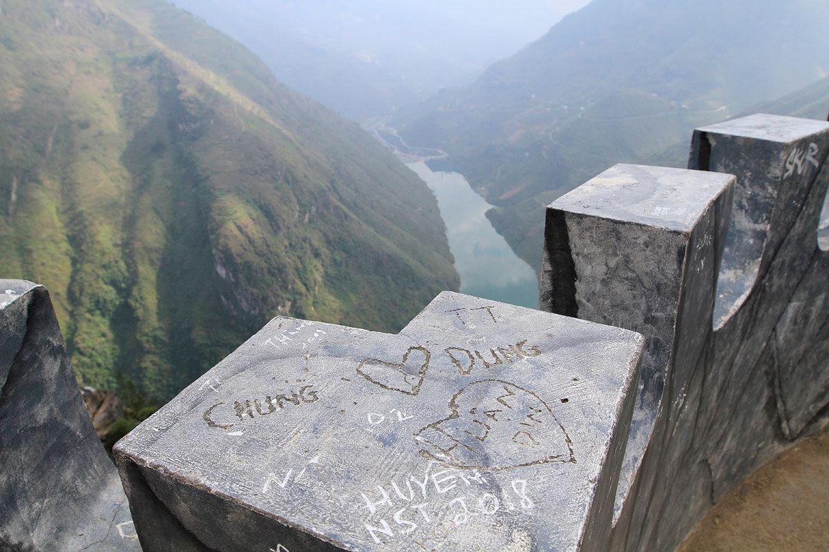 Bức tường xấu hổ trên đỉnh Mã Pì Lèng - Hình 13