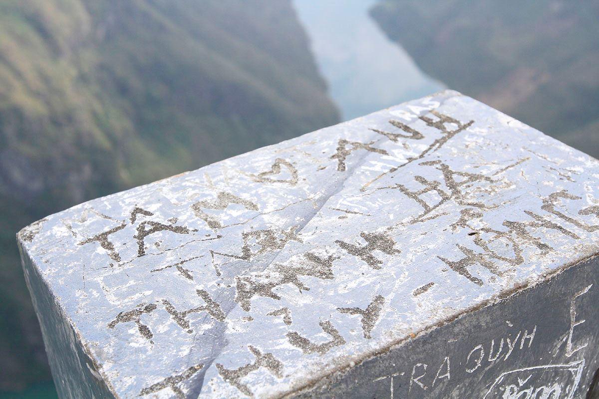 Bức tường xấu hổ trên đỉnh Mã Pì Lèng - Hình 11