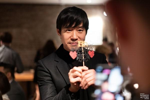 Lee Jun Ki thân thiết với Park Min Young và Ji Sung, cả hai đều là người tình màn ảnh của Park Seo Joon - Hình 20