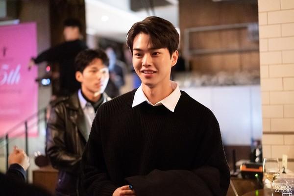 Lee Jun Ki thân thiết với Park Min Young và Ji Sung, cả hai đều là người tình màn ảnh của Park Seo Joon - Hình 22