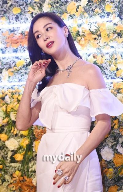 Bà xã Jang Dong Gun 46 tuổi vẫn trẻ trung xinh đẹp và cư dân mạng đã tìm ra nguyên nhân - Hình 4