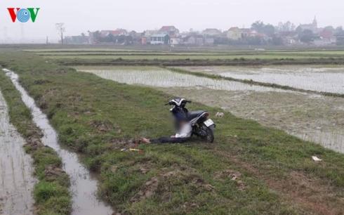 Công an điều tra vụ nam thanh niên chết gục bên xe máy giữa đồng - Hình 1