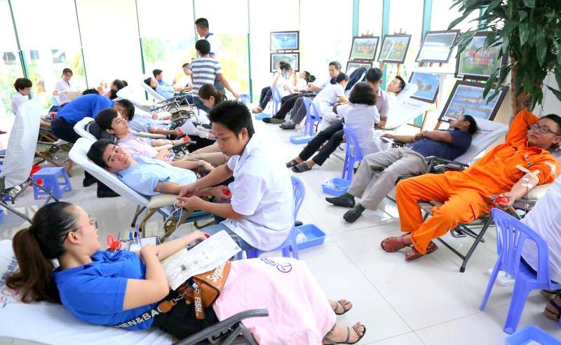 Cán bộ, sinh viên Đại học Đông Á tham gia chương trình Hiến máu nhân đạo - Hình 2
