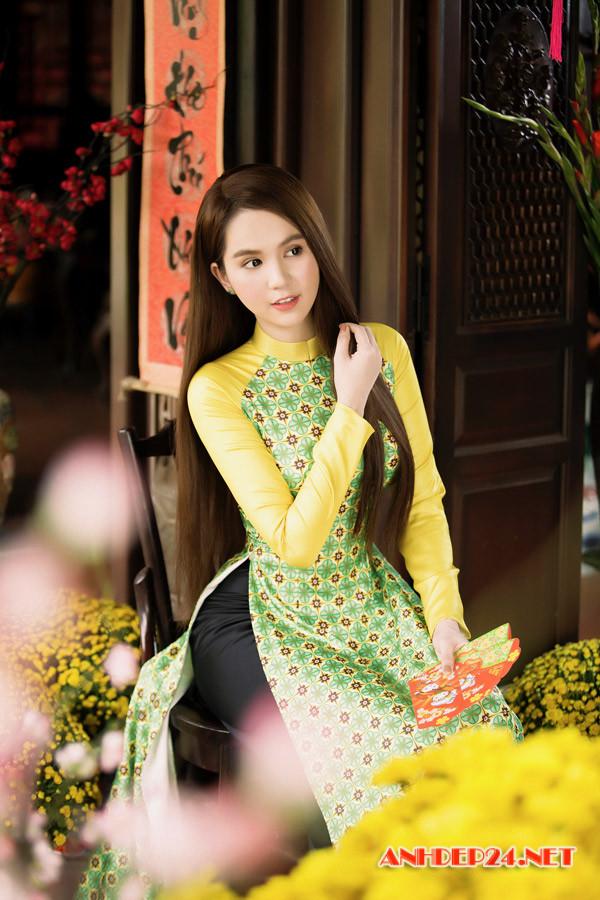 Nữ hoàng bikini Ngọc Trinh xinh đẹp dịu dàng với tà áo dài chào năm mới - Hình 5