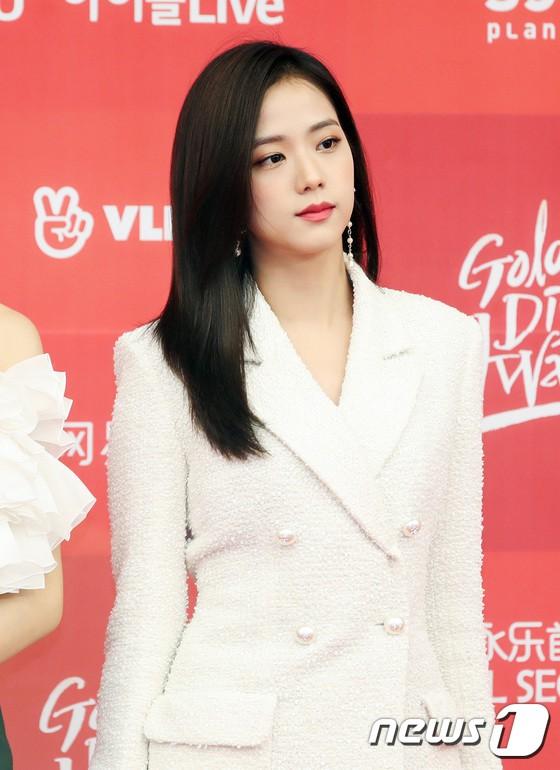 Thảm đỏ Grammy Hàn Quốc: Jennie lột xác nhưng suýt vồ ếch, mỹ nhân Black Pink lấn át cả Park Min Young và dàn idol - Hình 11