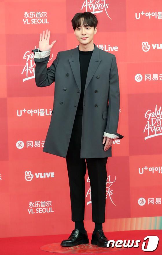 Thảm đỏ Grammy Hàn Quốc: Jennie lột xác nhưng suýt vồ ếch, mỹ nhân Black Pink lấn át cả Park Min Young và dàn idol - Hình 44