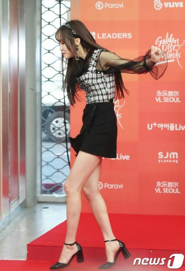 Thảm đỏ Grammy Hàn Quốc ngày 1: Jennie, Jihyo và Yuju suýt vồ ếch, Sana hở bạo với váy xuyên thấu - Hình 14
