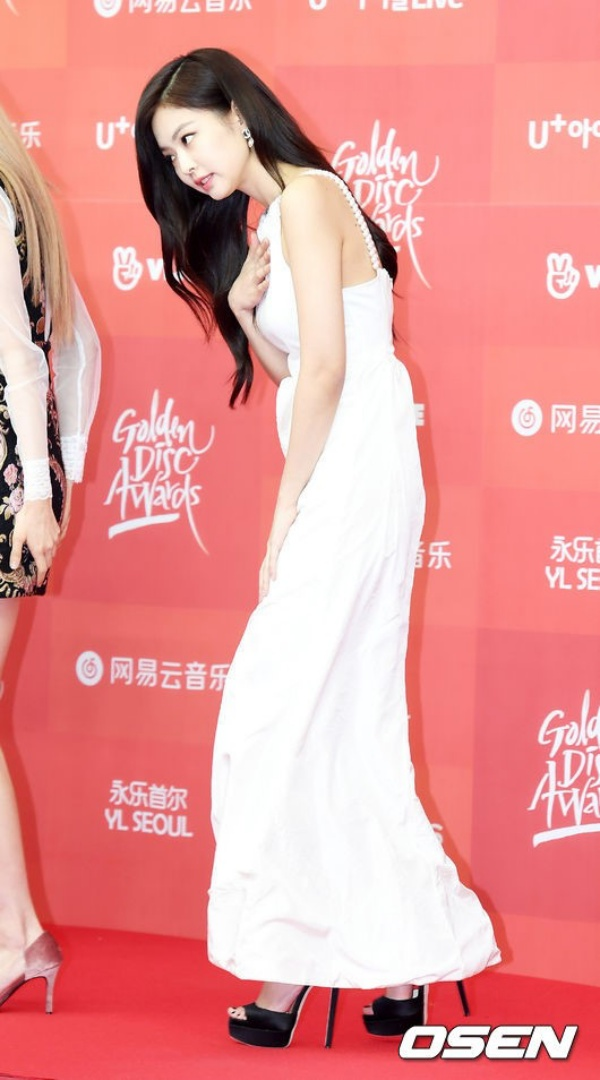 Thảm đỏ Grammy Hàn Quốc ngày 1: Jennie, Jihyo và Yuju suýt vồ ếch, Sana hở bạo với váy xuyên thấu - Hình 7